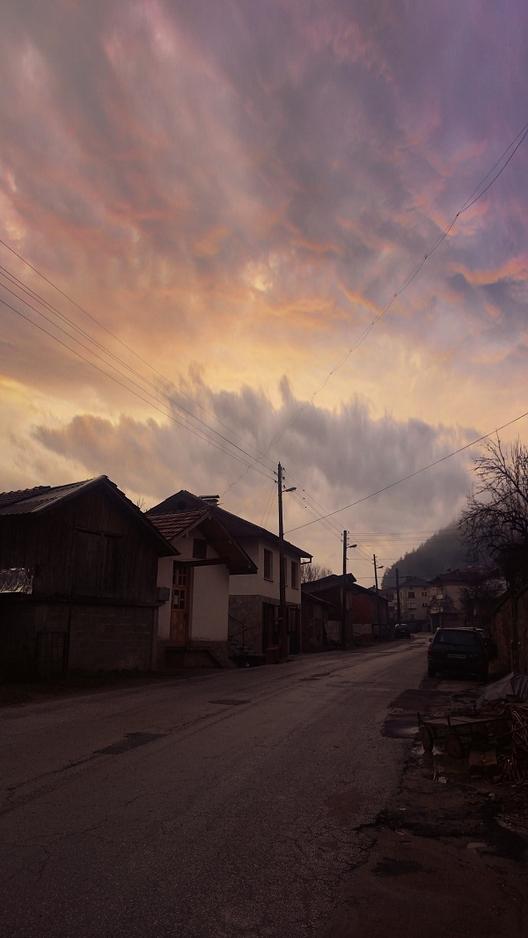 Честит празник, българи! Днес е ден за чествания, днес се чувстваме повече българи, днес по традиция развяваме бългрския флаг. Но ето какви флагове развяват рудоземските кметства...Избрахме да посетим четири села, избрани на случаен принцип. В едно от тях нямаше нито табела, нито знаме, затова снимките са три.