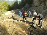 На разбития път за село Бреза на помощ на хората се притече неволята