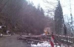 Платното на пътя от  Смолян за  Рудозем и Смилян при Забатско е пропаднало
