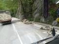 Шофьорите да карат внимателно по пътя Асеновград – Хвойна. Трафикът се спира периодично за обрушване на скатове