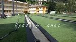 Спортната площадка в Чепинци - полагане на тревата