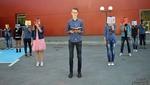 Млад педагог популяризира четенето сред подрастващите с артистична фотосесия