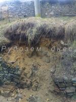 Пропадаща стена под електрически стълб притесни стопаните на къща в Сопотот